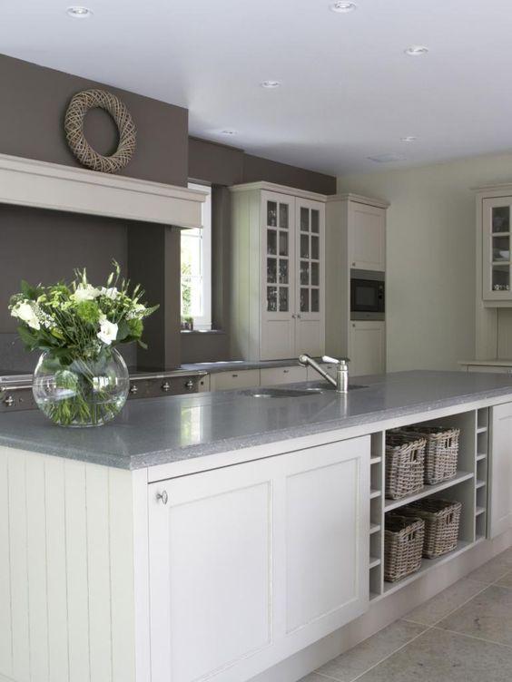voorbeeld grote kast achter kookeiland en kleur in keuken door achterwand een kleur te geven:
