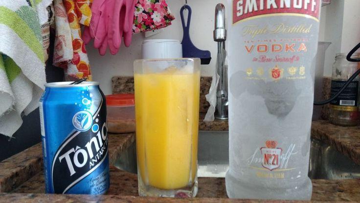 Suco de laranja; dois dedos de água tônica; uma dose de Vodka. Esta é a minha receita. Aproveitem.