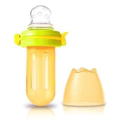 """Kidsme Food Squeezer er designet med en myk""""sutt"""" av silikon med unike hull. Den kan brukes til babyer med semi-flytende eller flytende mat som smoothies eller fruktmos."""