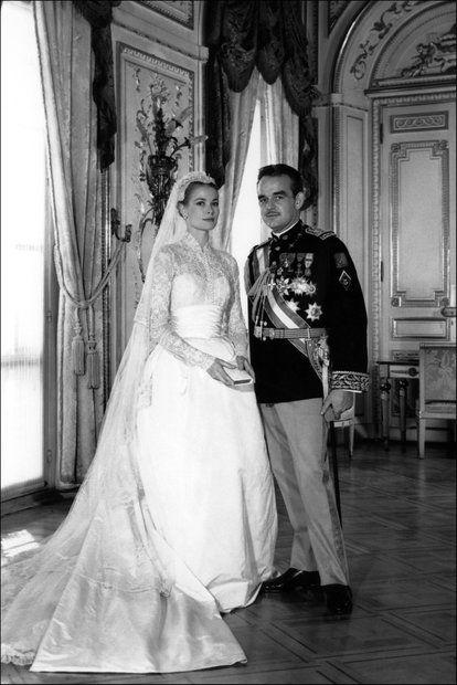 """Brautmode: 19. April 1956: Der Filmstar Grace Kelly heiratet Fürst Rainier von Monaco. Entworfen hat das Brautkleid Helen Rose, eine Designerin der amerikanischen Filmfirma """"MGM"""". Das hochgeschlossene, langärmlige Kleid für die kichliche Trauung besteht aus Seidentaft, Seide, Tüll und Brüsseler-Spitze."""