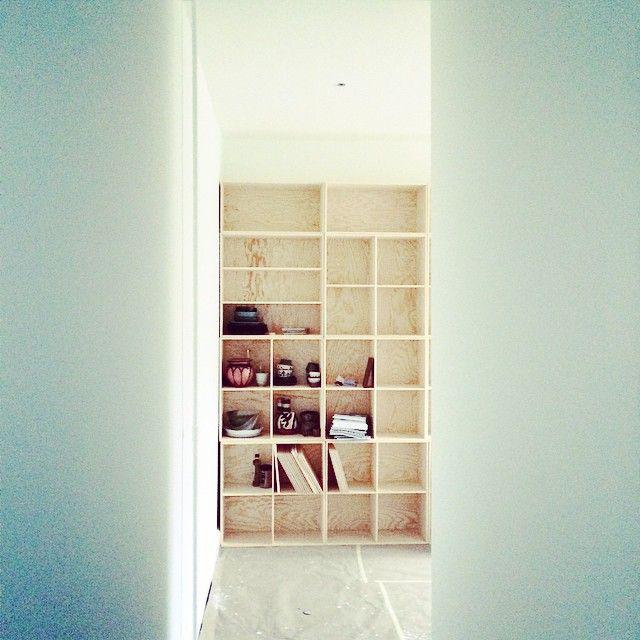 Mit nye køkken er forklædt som stue med en hel væg med bogkasser fra #trævarefabrikernesudsalg fra gulv til loft #projektnythjem #hjemmehosmettehelena fra #retrovilla #mettehelenarasmussen