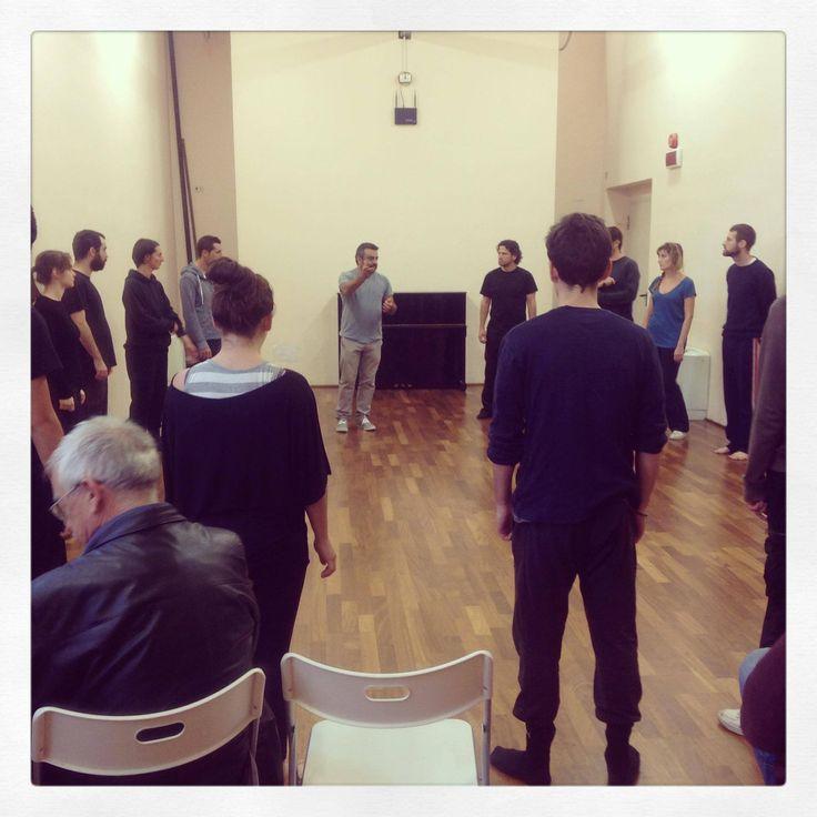 I preziosi consigli di Massimiliano Civica a 20 giovani attori per il primo appuntamento del laboratorio sull'arte della rappresentazione teatrale.