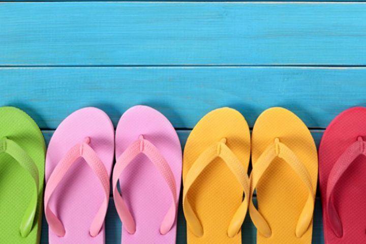 Must buy:夏のおしゃれも足元から!夏を楽しむ「サンダル」特集   夏の足元の主役は、やっぱり涼しげな「サンダル」!そんな定番アイテムながら、特に今年は、昨年のトレンドを受け継ぐ形でサンダル人気が高まっています。  裸足で履くのはもちろんのこと、靴下と合わせてもオシャレなサンダル。種類別にご紹介します。      ■厚底サンダル    ウェッジソールを始めとする、厚底のサンダルはこの夏の大本命。ヒールとは違ってソール全体が厚くなっているため、スタ...