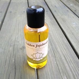 Jojobaolje. Denne økologiske jojobaoljen er en fantastisk hudolje med mange gode egenskaper. Oljen er verken kjemisk behandlet eller raffinert og inneholder derfor alle de verdifulle fettsyrene og sporstoffene som naturlig forekommer i frøene.