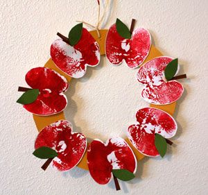 Apple Print Wreath craft - Get ready for Fall and Back to School with this pretty wreath. www.allkidsnetwork.com