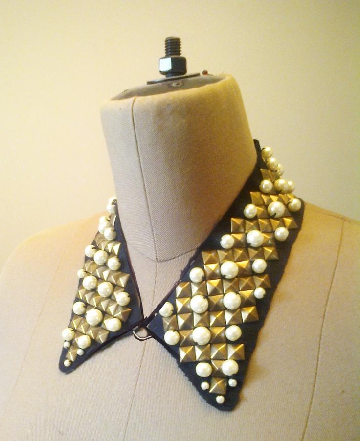Cuello tipo camisa SAO PAULO con tachuelas doradas y perlas color natural.