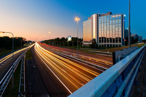 Afslag IJsselstein: strepen trekken met licht. Over dit viaduct dat IJsselstein en Nieuwegein met elkaar verbindt, kom ik met enige regelmaat met mijn fiets voorbij. Ik had al langer het plan om hier (niet te ver van mijn huis en dus makkelijker...