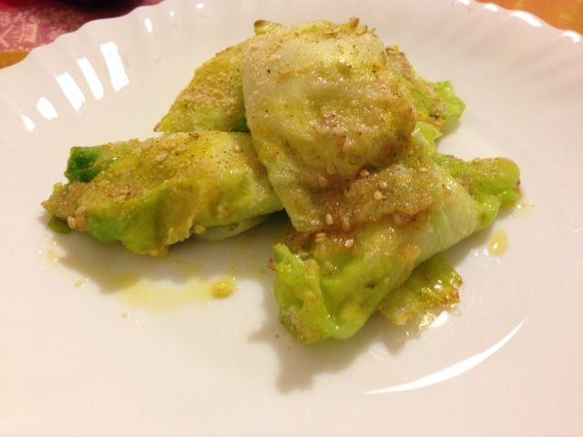 Involtini di verza gratinati al forno con ripieno di ricotta e pasta d'acciughe, ideali come antipasto o come secondo vegetariano.