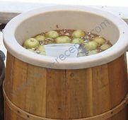 Соленые зеленые помидоры на зиму в бочке, как на базаре==================== Самые популярные и традиционные,зеленые помидоры,у нас-засоленные.Очень вкусные!На базаре их продают в больших деревянных бочках,круглый год. Зеленые не созревшие помидоры,желательно крупные,мясистые. Сельдерей-веточки Чеснок Красный горький перец Рассол На 1 литр холодной воды(из-под крана) 70 г. соли(крупной) Помидоры разрезаем вдоль пополам,но не до конца.Если чеснок крупный,то каждый зубочек режем на несколько…