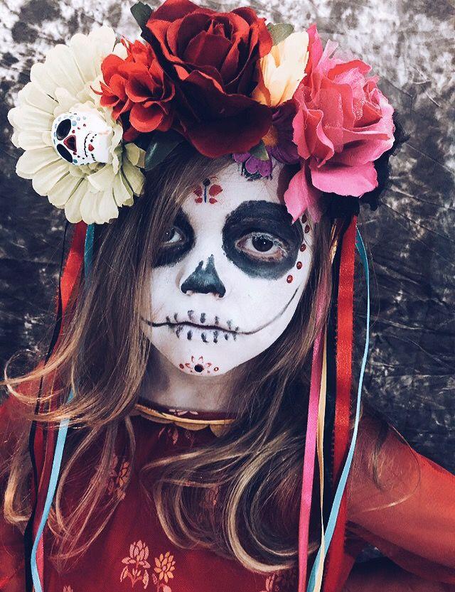 La gente llevan los flores en las cabezas para decoraciones.