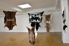 Stefano Cagol - The Cow Lola – installazione di pelli animali sospese a cavi trasparenti. In 20x1, la mostra IGAV all'evento speciale della Biennale di Mosca dal 28 settembre