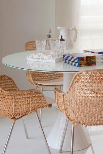 Na salete de almoço, idealizado pela arquiteta Cristina Menezes, até a bandeja e a jarra são claras, enquanto as cadeiras em palha de málaca, da Artefacto, aquecem o ambiente e contrapõem-se à mesa da Dpot