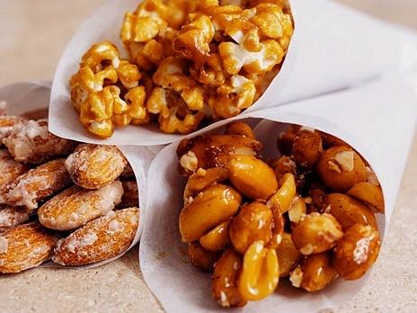 Honungsrostade nötter med chili    Ingredienser:    2 dl hela och skalade mandlar  2 dl cashewnötter  1 dl jordnötter  2 tsk kanel  2 tsk chilipulver  2 tsk salt  1 st äggvita  2 msk honung  1 dl russin och valfri torkad frukt    Receptet ger ca 6 dl.  Gör så här    1. Sätt ugnen på 200 grader.  2. Blanda nötterna. Rör i kryddorna och salt.  3. Vispa äggvitan lätt.  4. Blanda ner äggvitan och honungen i nötterna och rör om så att de täcks väl.  5. Sprid ut dem ordentligt i en långpanna och…