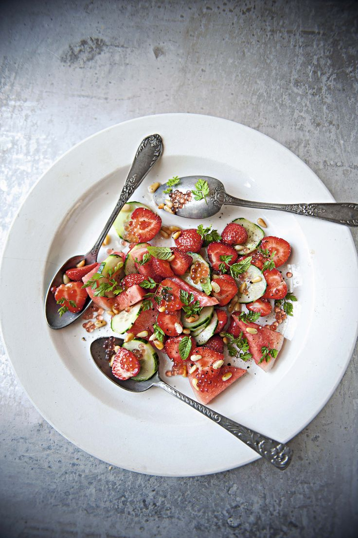 Ensalada de fresas, sandía, camarones y hierbas con aderezo de flor de saúco y caviar de fresa.