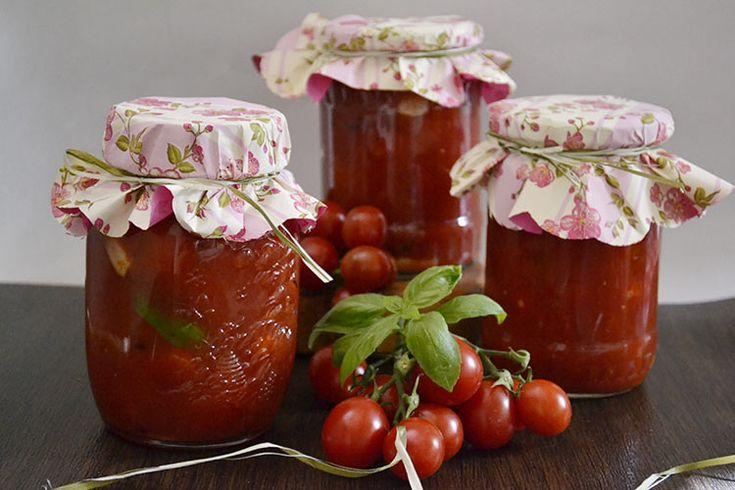 Roşii cherry cu usturoi şi busuioc.Conserva pentru iarna roşii cherry cu usturoi şi busuioc. Conserva de rosii pentru iarna.Rosii in sos de rosii.