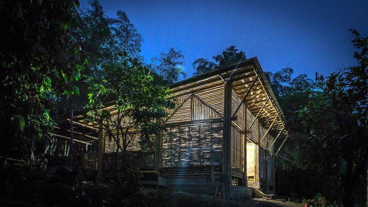 Parroquia en Ecuador. Con un material tan barato y abundante como el bambú, el arquitecto Enrique Mora ideó una construcción. El objetivo era cubrir las necesidades religiosas de Chone, un área rural de la costa ecuatoriana. El presupuesto, de apenas 15.000 dólares, llevó al arquitecto a aprovechar los recursos de la propia finca y a curar el material in situ. Para la construcción necesitó de 900 bambús y 8 troncos de árboles de laurel y usó mano de obra local.