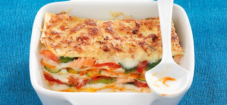 Lasanha com salmão e legumes.
