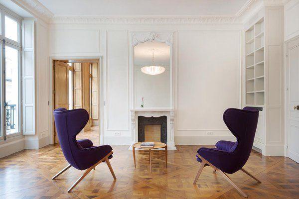 Dans le salon, le conduit et le boisseau de la cheminée rénovée et son nouveau manteau  s'accorde avec un miroir et trumeau parfaitement en harmonie. Par effet de contraste, le mobilier design contemporain et les éléments anciens se mettent en valeur mutuellement.