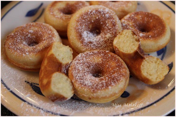 Mini-Donuts en machine - recette multipliée par 5 - 250g farine, levure, 10 CàS sucre, sel, 3 oeufs, 10 CàS lait, 125g beurre.