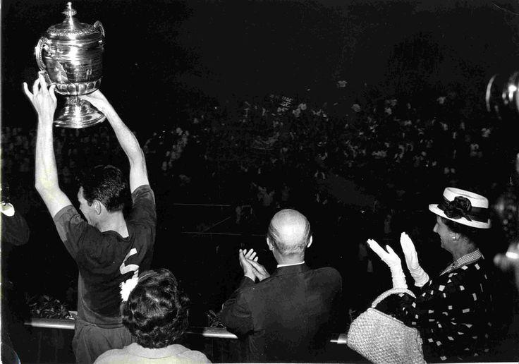La 1ª Copa que ganó el Barça en el Camp Nou, Segarra levanta el trofeo el 23 de junio de 1963 vía @1964Manel