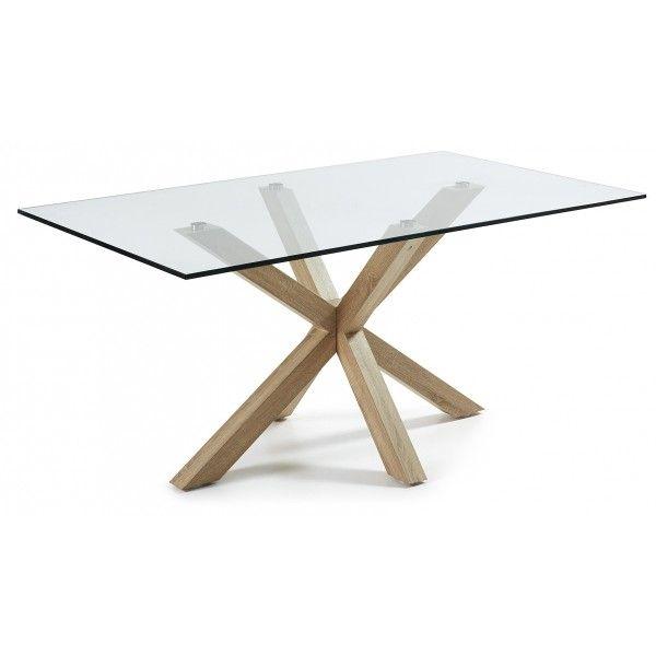Sul tavolo si combinano alla perfezione in primo luogo i piedi incrociati, in secondo luogo per un grande piano di cristallo trasparente
