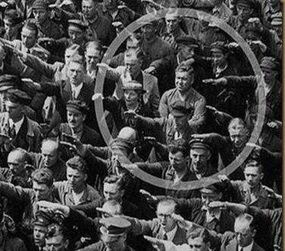 August Landmesser, el hombre que negó su saludo a Hitler y se cruzó de brazos