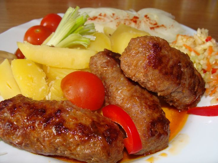 Mleté maso smícháme s najemno nakrájenou cibulí, mletou paprikou, solí, pepřem a uděláme válečky - velikost je na nás.  Válečky dáme na...