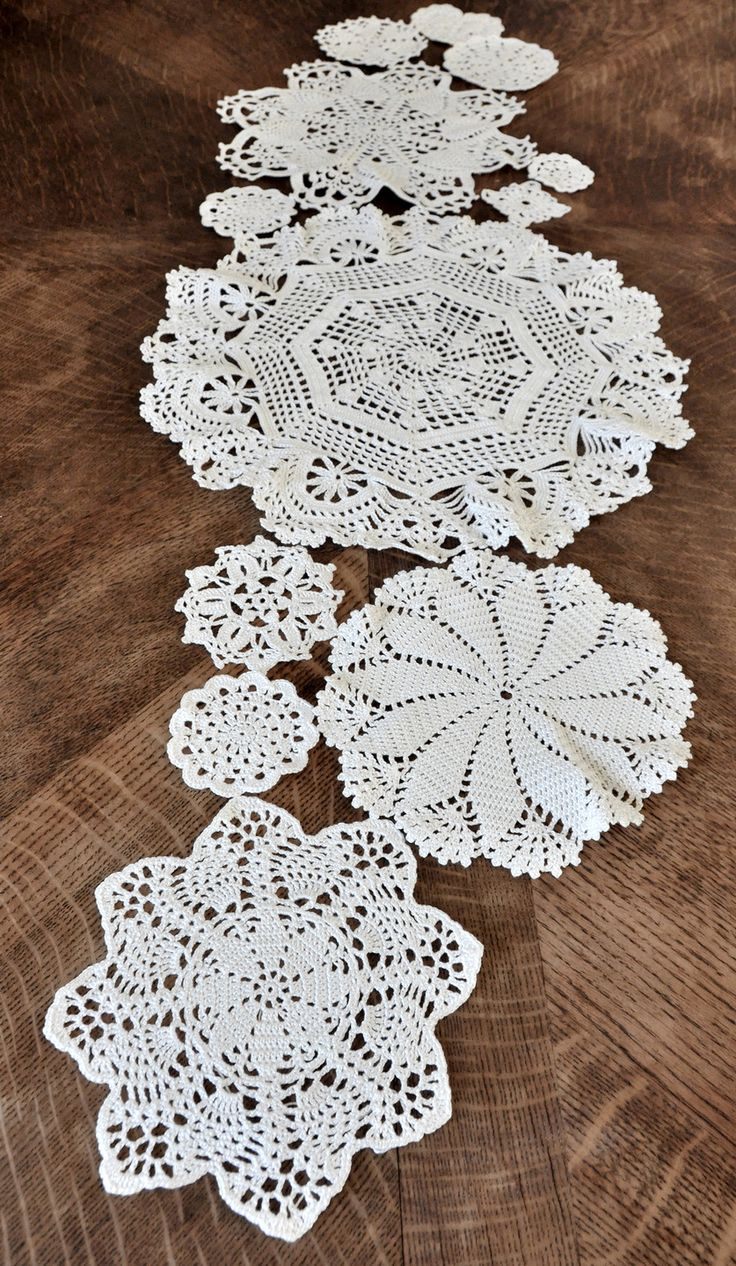 Grand chemin de table au crochet, napperons assemblés Plus