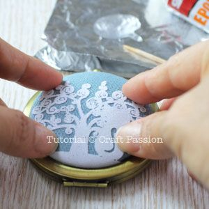 Free tutorial on how to make an antique pocket mirror. Quick and easy craft to make, perfect as DIY gift for female friends and relatives.
