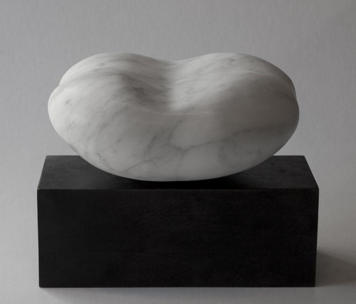 OBJEKT. Marmor. 17 x 18 x 22 cm. inkl. sokkel
