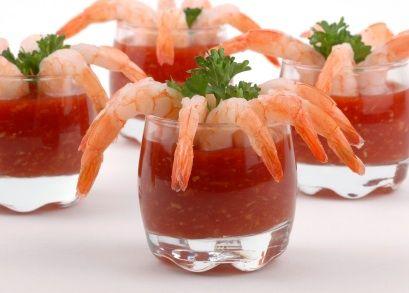 Una deliciosa receta y forma de preparar el coctel de camarones. La salsa es muy sencilla y rápida de preparar. Los camarones se acomodan alrededor de vasitos y se sirven de botana o de entrada.
