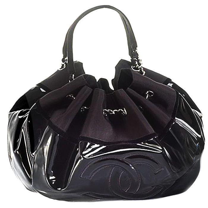 Chanel spirit cabas vinilo negro Modelo cabas de Chanel de la temporada 2009-2010. Se trata de un bolso de tamaño grande realizado en vinilo negro. Doble asa en color plata. Logo de Chanel bordado sobre el vinilo en la parte delantera. Material: Vinilo; Color: Negro; Medidas: 43 cm x 30 cm
