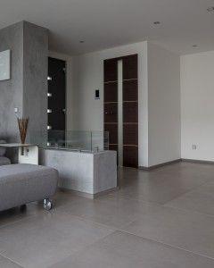 Minimaltischter Hauseingang mit dezenten Design Türen von Bo´dor KTM.
