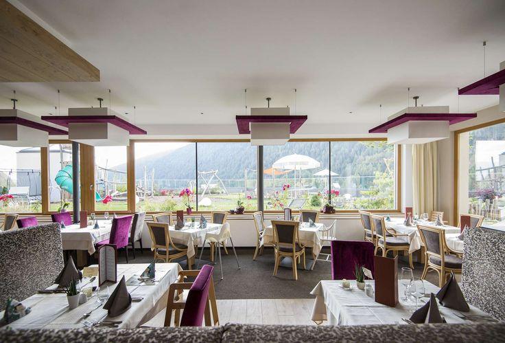 Das edle Restaurant im Familienhotel mit wundervollen Ausblick. Alle Details zum Familienhotel Huber findet ihr auf: http://kinderhotel.info/kinderhotel/familienhotel-huber