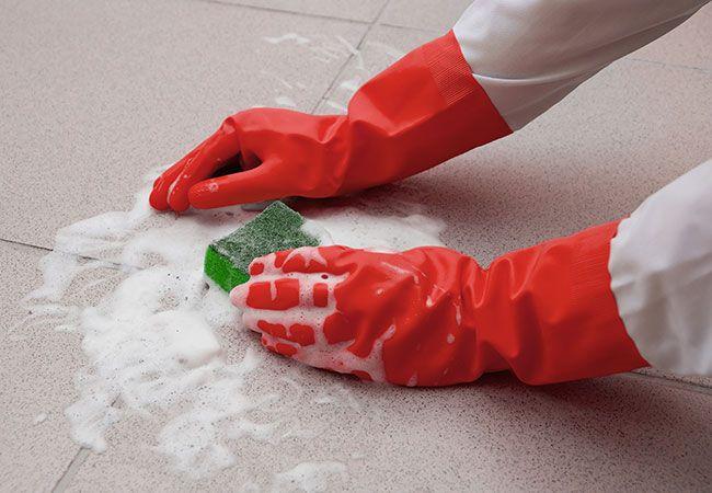 Opvaskemiddel kan bruges til meget mere end blot at holde dit service rent. Vi har samlet 10 tips til, hvad du ellers kan bruge opvaskemiddel til.
