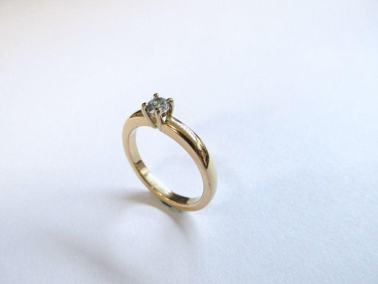 Ideal para pedir la mano, sencillo y delicado anillo de compromiso en oro amarillo de 18k,  fabricado a mano R721 #duranjoyerosbogota #joyeria #hermosasjoyas #anillos #joyas #oro #solitariosdecompromiso #compracolombiano #hechoamano #Colombia #gold #handmade #piedraspreciosas #diamante #piedrassemipreciosas #zircon