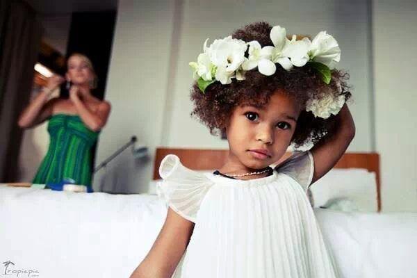 Binnenkort een bruiloft en heb je geen idee wat je met haar van je dochter moet doen? Geen nood! Deze zeven kleine bruidjes geven je wat hairspiration! Van een simpele, maar chique knot tot prachtige bloemen in het haar. Alles is mogelijk. Bekijk de foto