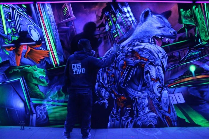 Graffitikünstler Costwo bei der Arbeit vor der Hyäne