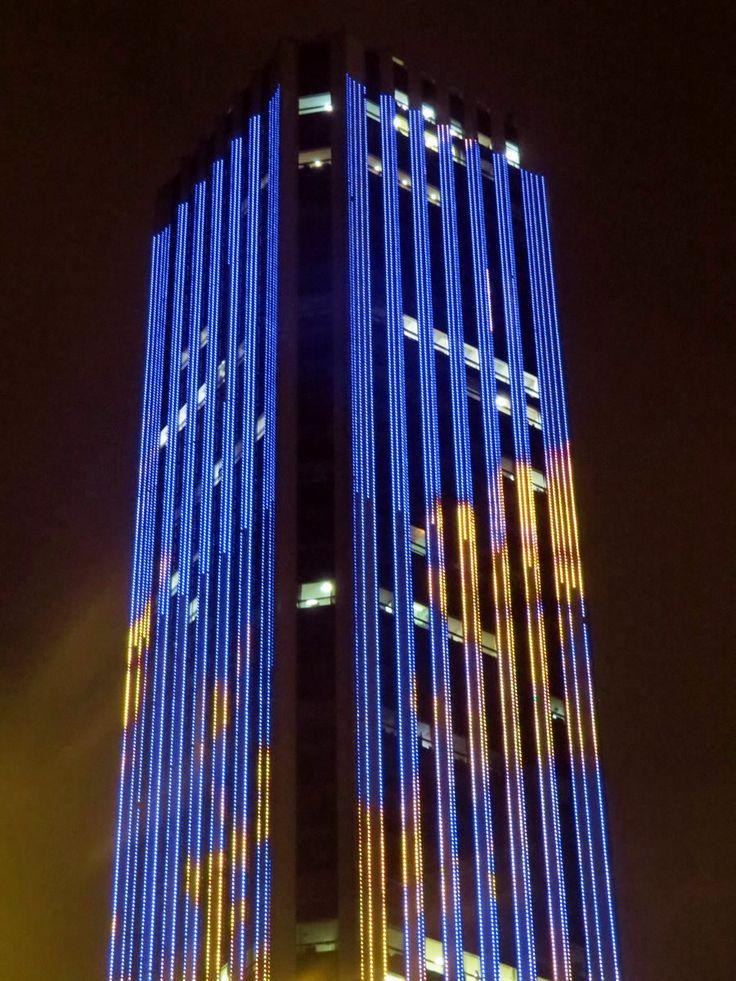 16. El Edificio Colpatria ilumina todas sus fachadas y proyecta diferentes formas y luces todas las noches