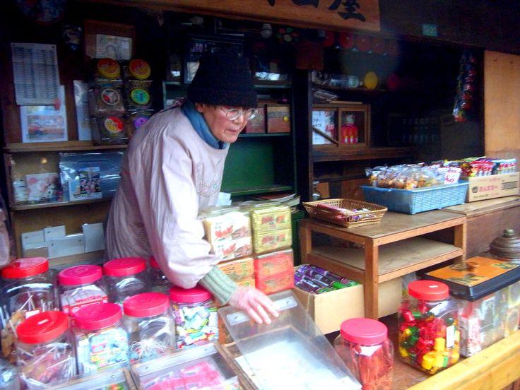 0駄菓子屋のおばあちゃん.JPG  http://www.jnize.com/en/article/100000029/