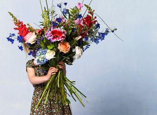 Word jij ook altijd zo blij van een vers boeket bloemen op tafel? Wij wel! Om te voorkomen dat ze snel gaan hangen, hebben we een paar tips waardoor je langer van je boeket geniet! 1. Uit de tocht Tafeltjes,…