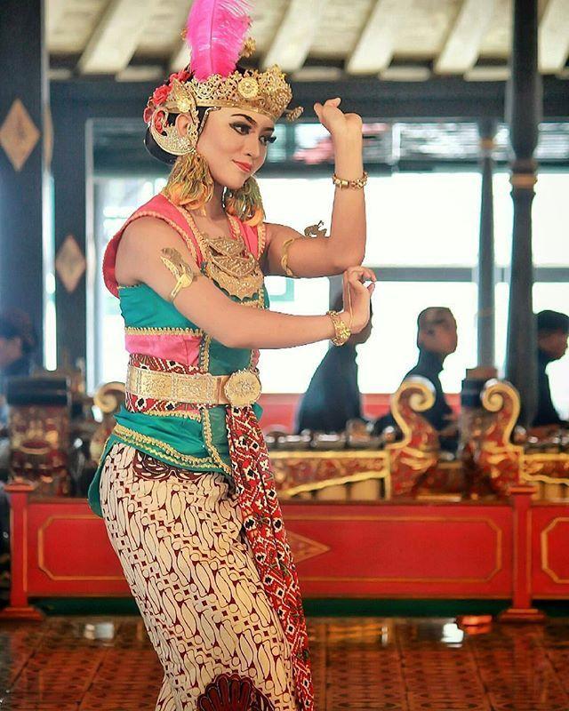"@aonekoe - ""Golek puspo warna""beksan @kratonjogja_  #throwback #tari #tarijawaklasik #jogjaclassicaldance #javadance #classicaldance #culture #batik #budayaindonesia #tradisional #yogyakarta #srawungtari #puspawarna"