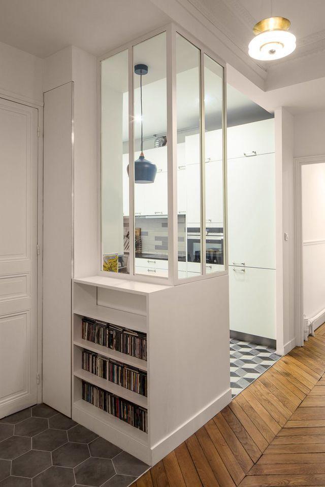 Le meuble d'entrée, réalisé sur mesure, et sa verrière d'intérieur blanche font de cet espace un lieu convivial et stylé !