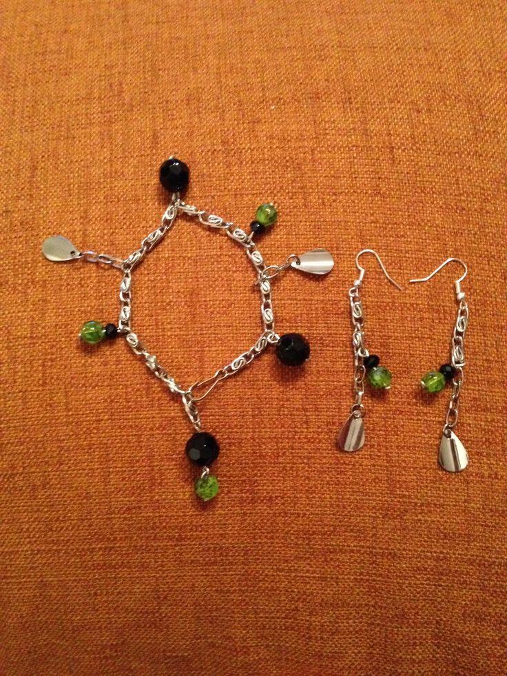 Parure bracciale e orecchini con ciondoli neri e verdi alternati da foglioline pendenti