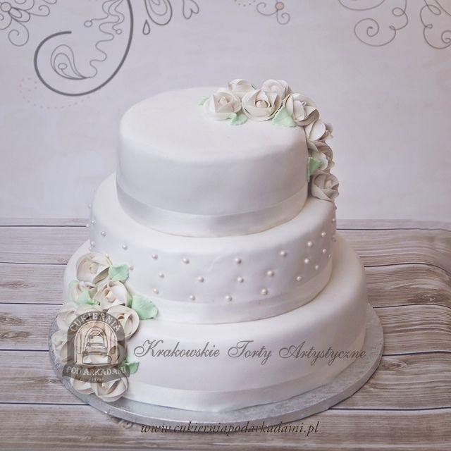 10BW. Klasyczny tort z lukrowanymi kwiatami. Classic wedding cake with frosting flowers.