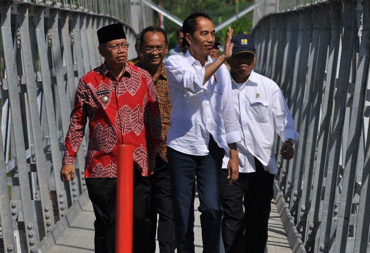Lancarkan Ekonomi Warga, Presiden Utamakan Bangun Jembatan Kecil