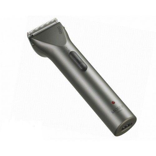 Moser Mașină pentru contur si barba GENIO 1565 titanSet de cuțite profesionale din oțel inoxidabil, cu lățimea de 40 mm. Asigurăo tăiere de înaltă calitate și precizie datorită tehnologiei precise de șlefuire.Made In Germany.QUICK CHANGE:Schimbare rapidă a cuțitelor.CLEVER:LED care indică nivelul de încărcare a bateriei.INCLUSIVE:2 mărimi de piepteni detașabili 3/6mm și 9/12mm, perie de curățare, uleipentru mașina de tuns.DATE TEHNICE:Motor DC, 6000 rpm...