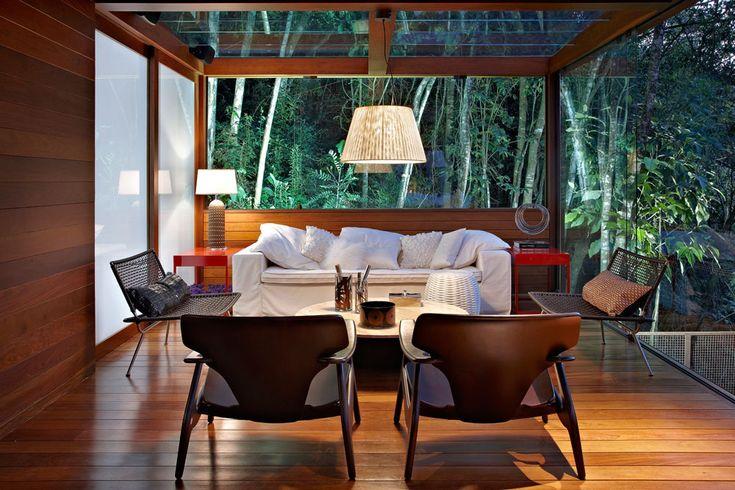Camuflada entre as árvores. Veja: http://www.casadevalentina.com.br/projetos/detalhes/camuflada-entre-as-arvores-475 #decor #decoracao #interior #design #casa #home #house #idea #ideia #detalhes #details #nature #natureza #plants #plantas #casadevalentina #living #livingroom