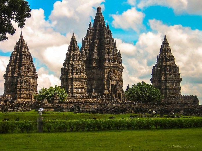 Candi Prambanan merupakan mahakarya peninggalan peradaban Hindu di Indonesia.