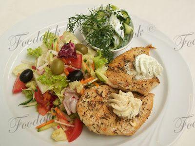 Kakukkfüves csirkemell-filék bazsalikomos-olajbogyós vitamin salátával és tejfölös uborkával